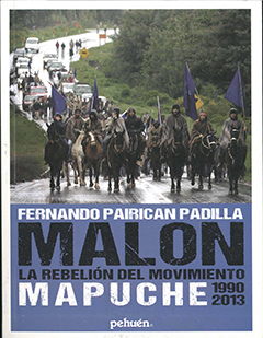 Cubierta ilustrada por una fotografía en color, en ella se ve a un grupo de hombres mapuches a caballo, avanzando por una carretera, seguidos por una fila de automóviles, esto en un paisaje del sur de Chile, lleno de vegetación y humedad. En la mitad inferior se lee sobre un recuadro celeste.