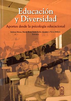 Cubierta ilustrada por una fotografía en tonos naranjos que muestra a un grupo de niños en una sala de clases. En la parte superior, sobre una franja color naranjo, se encuentra el título en letras de colores blanco y burdeo y, más abajo, los nombres de las editoras en letras de color negro.