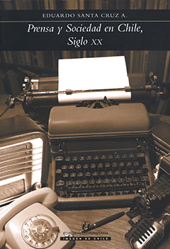 Cubierta en tono sepia, ilustrada por una fotografía en que se ve una composición de diferentes objetos usados por la prensa escrita y radial del siglo XX. En la parte superior, en una franja color negro, se encuentra el nombre del autor en letras medianas de color blanco, y, más abajo, aparece el título en letras grandes de color blanco.