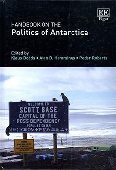 Cubierta de color negro, ilustrada por la fotografía en colores de un letrero que anuncia una base ubicada en la Antártica. En la mitad superior se encuentra el título en letras grandes de color blanco y los nombres de los editores en letras medianas de color verde claro.