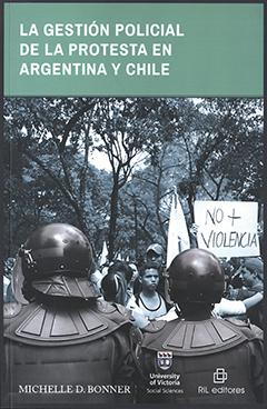 Cubierta ilustrada con fotografía de dos militares de espalda enfrentando a un grupo de jóvenes protestando con carteles y banderas. Título en franja superior de color verde agua con letras destacadas de color blanco. Nombre de la autora en base inferior izquierda con letras color blanco.