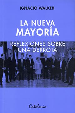Cubierta de color azul, ilustrada con fotografía en tonos azules de la Presidenta Michelle Bachelet con su gabinete presidencial, periodo 2014-2018, en un salón del palacio de la Moneda. En el borde superior está el nombre del autor en letras medianas de color negro. Más abajo se ve el título en letras grandes de color blanco.